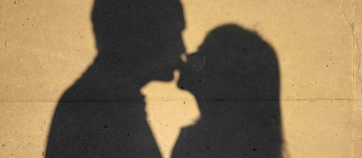 パパ活でキスをする男女